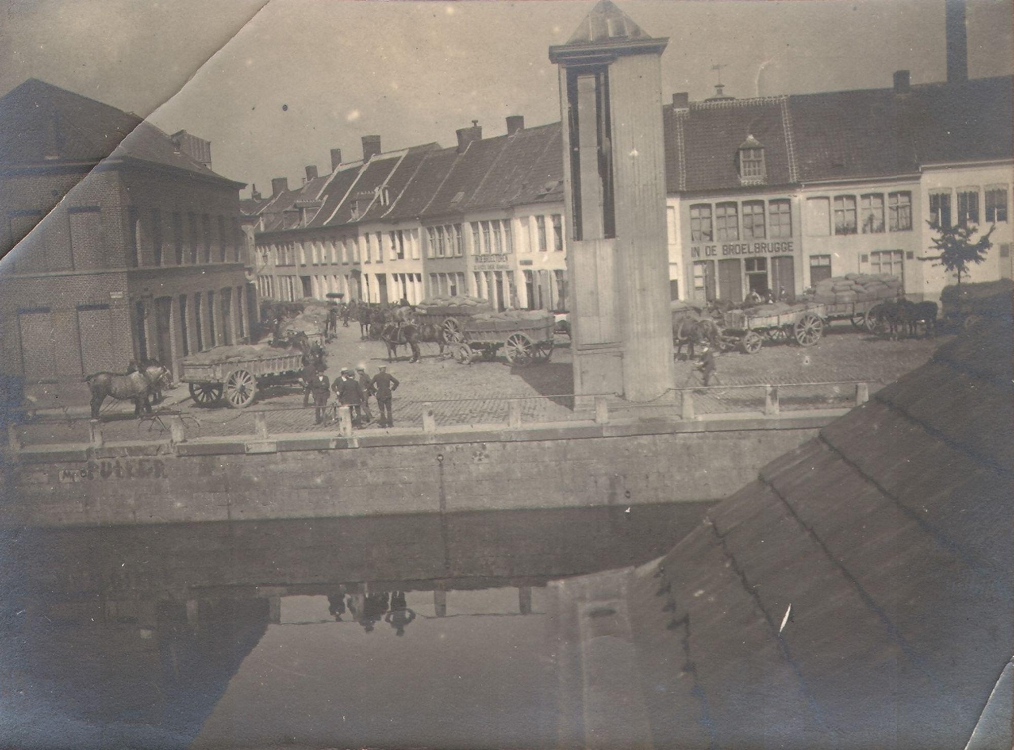 Boeren die op de Broelkaai in Kortrijk toekomen met graan voor de molen van …, gedurende de Eerste Wereldoorlog.