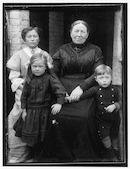 Westflandrica - Moeder Staelens met Alida, Paula en Paul
