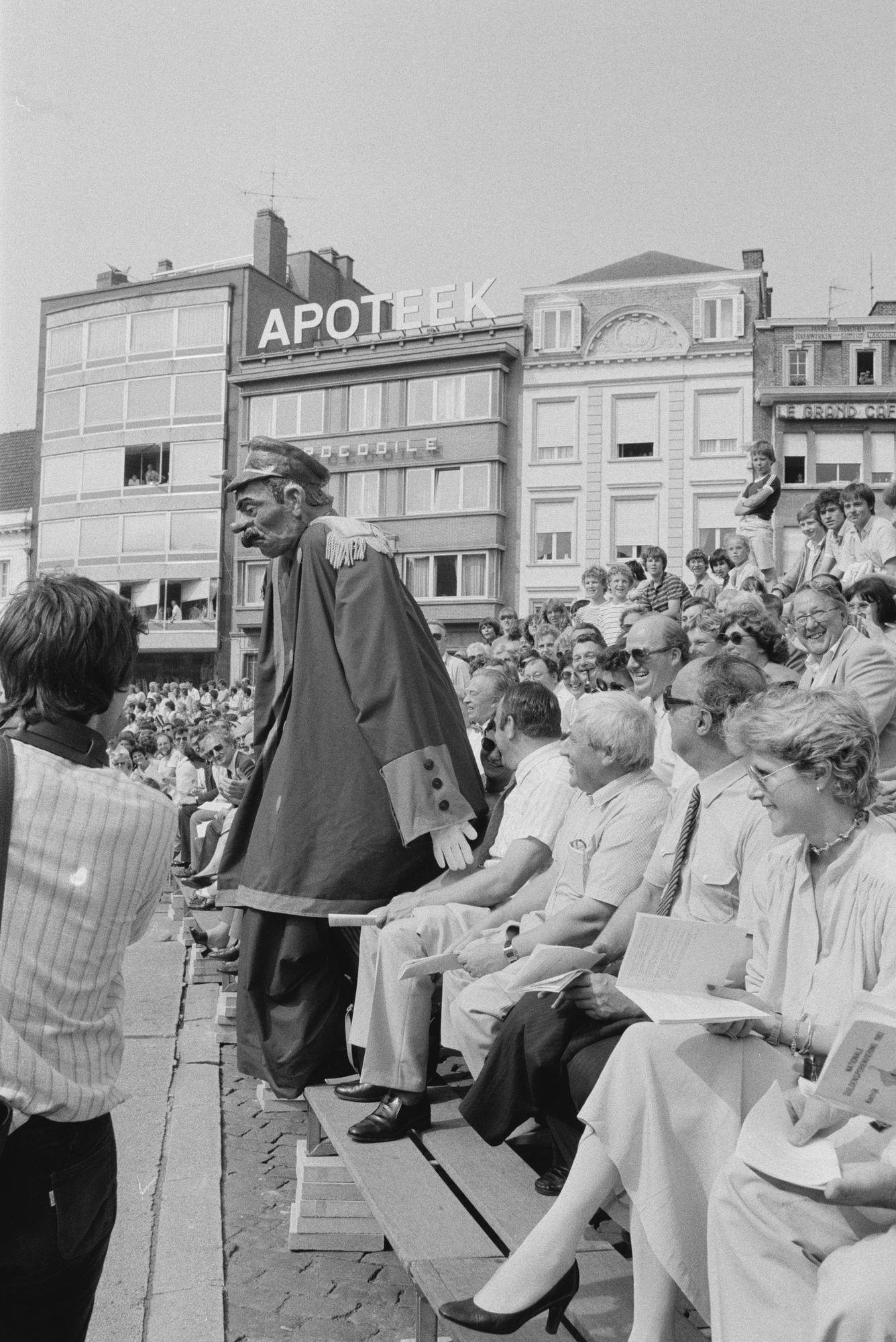 Reus bij toeschouwers bij de historische stoet tijdens de 11 juliviering 1982