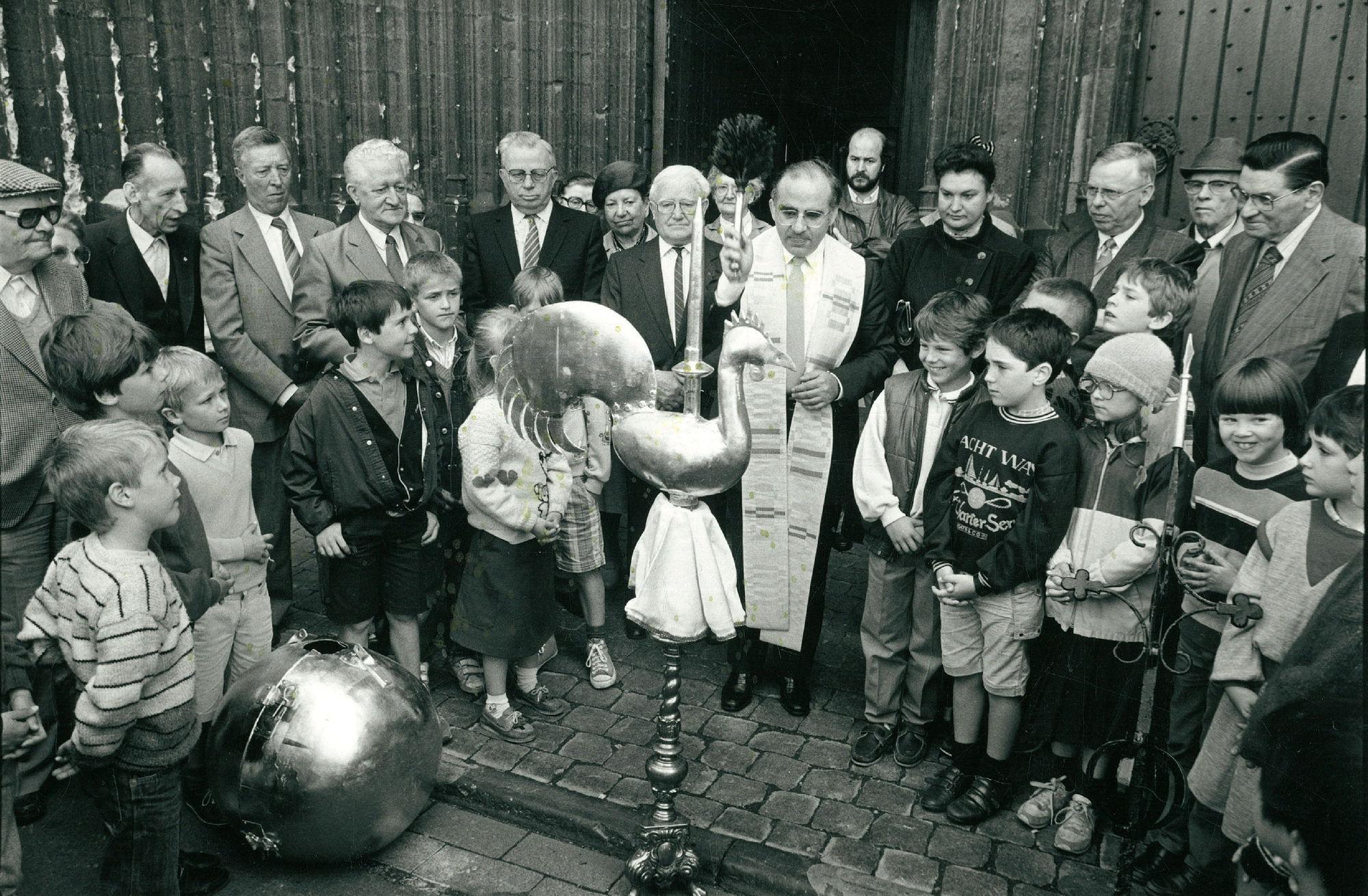 Wijding kerkhaan Sint-Maartenskerk in 1987
