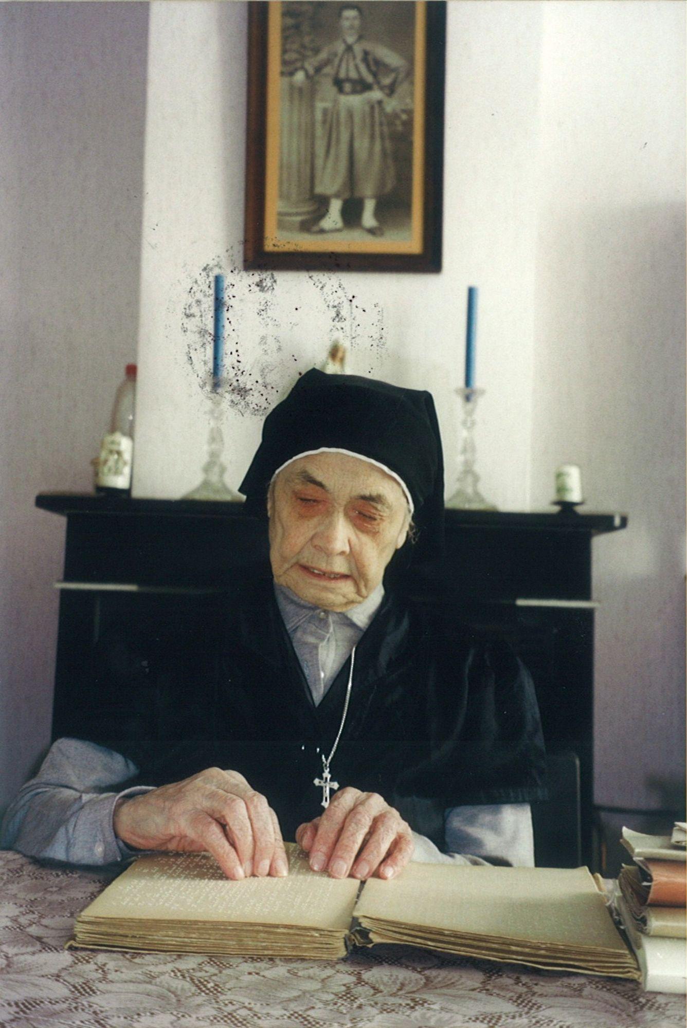 Marcella Pattyn leest braille