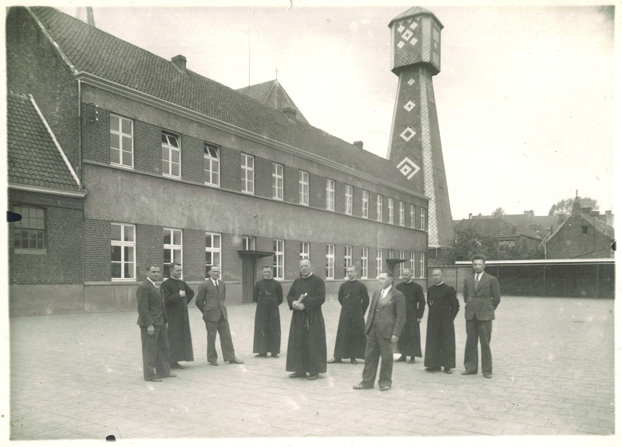 Groepsfoto Broederschool Overleie op de speelplaats