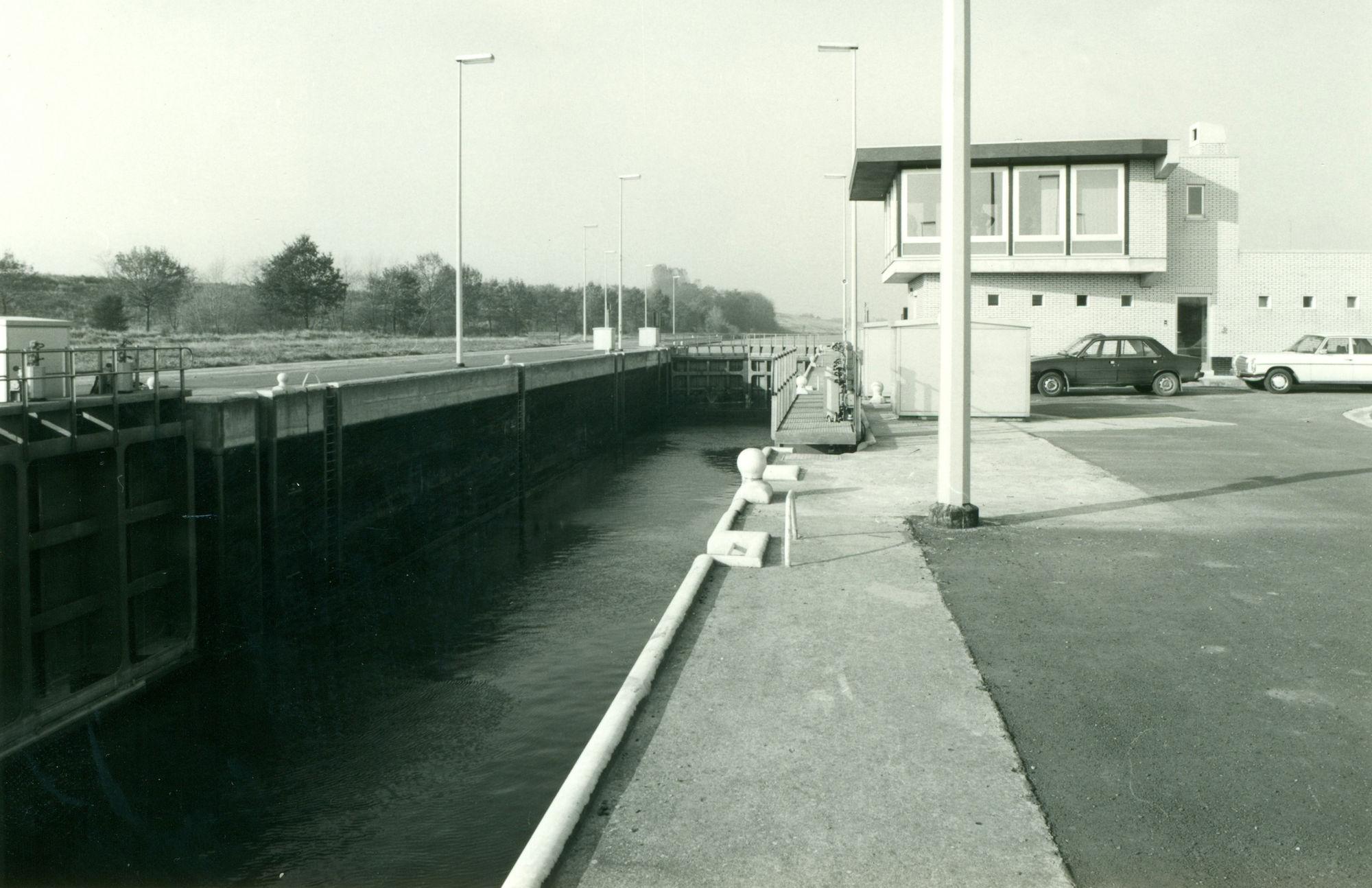 Stuurhuis van de nieuwe sluis op het kanaal Bossuit-Kortrijk te Moen 1980