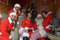 Kerstman met zijn helpers