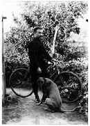 Westflandrica - Stijn Streuvels met de fiets en zijn hond Pan