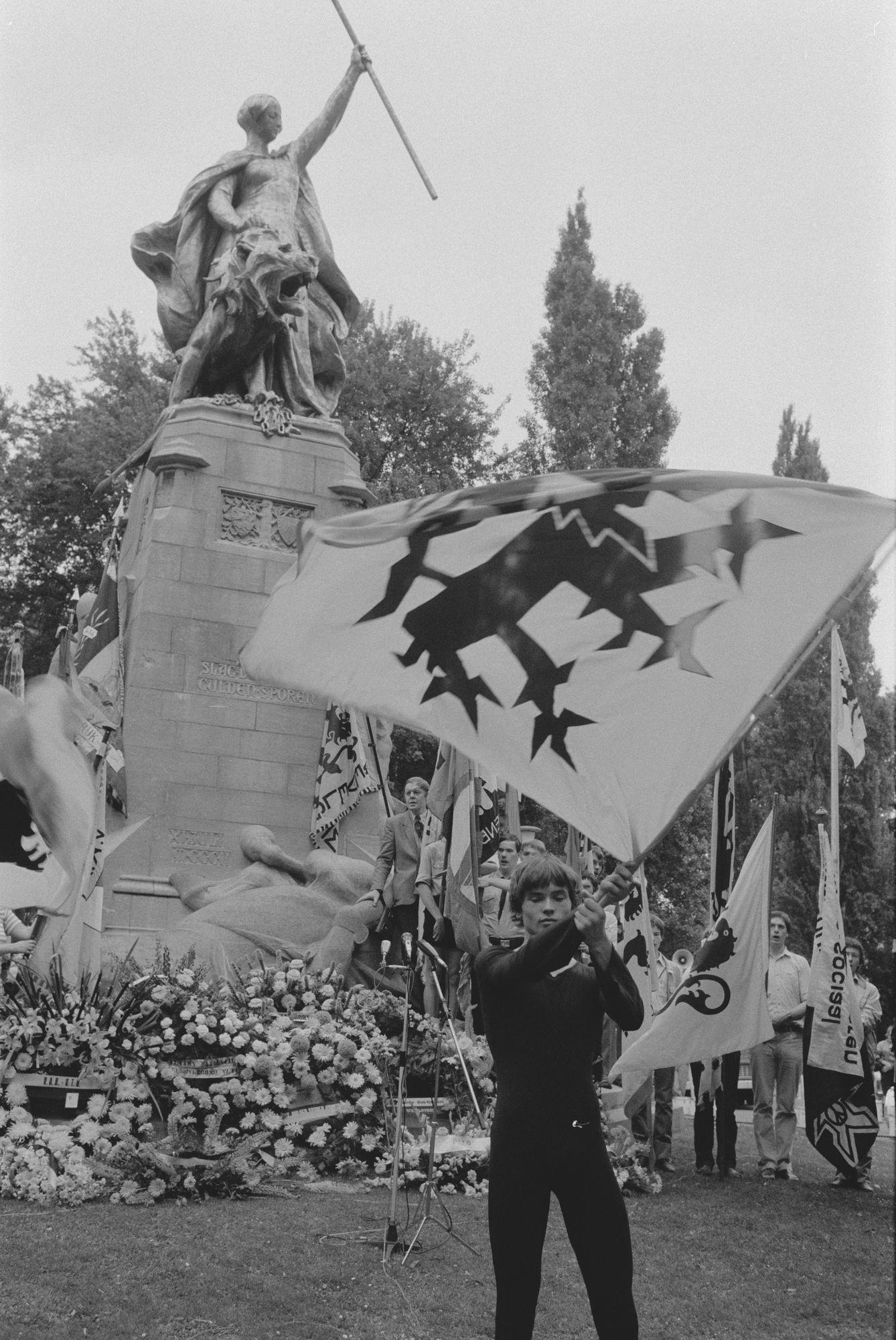 Vlaggenzwaaier tijdens de 11 juliviering 1983