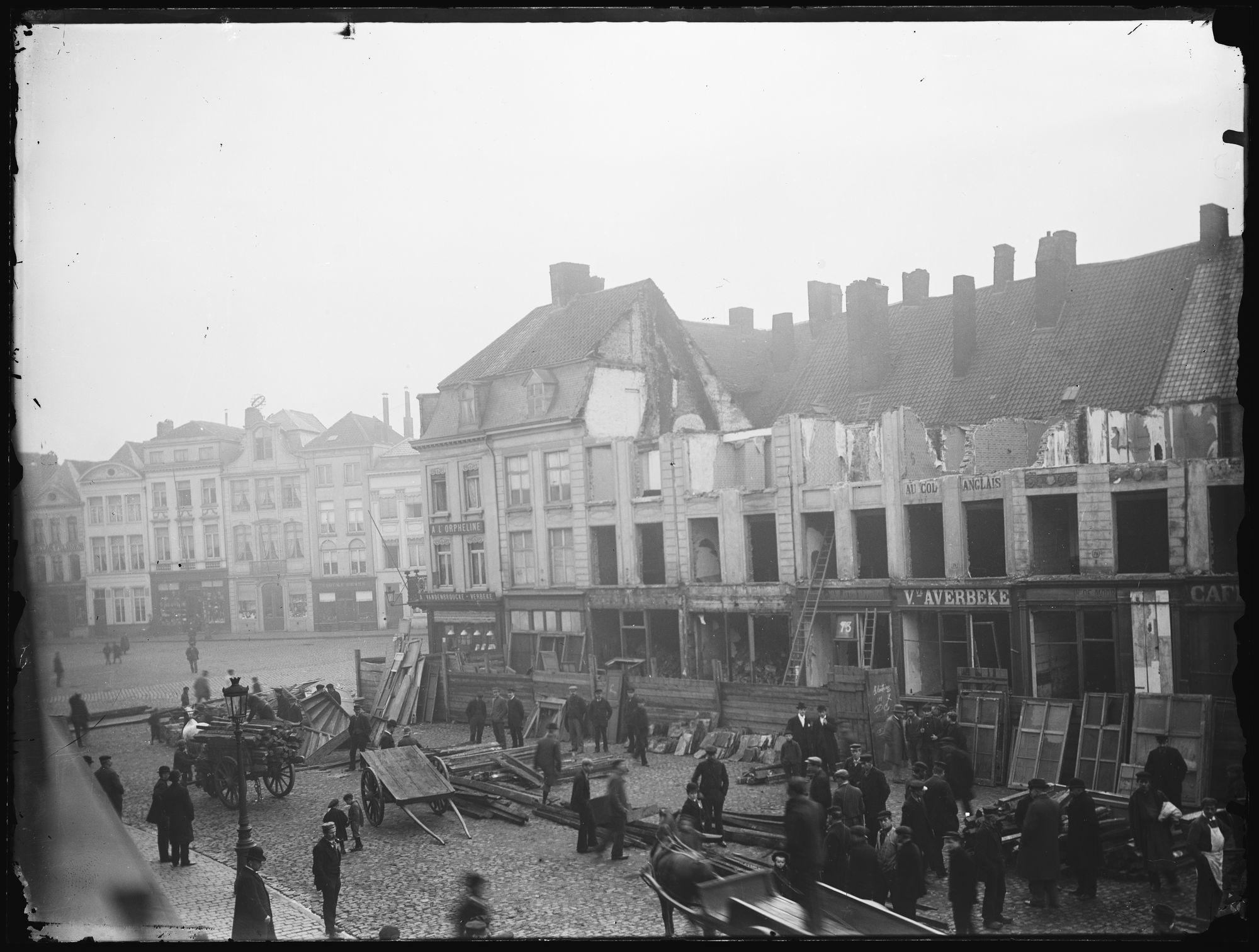 Afbraak huizen op de Grote Markt in 1899