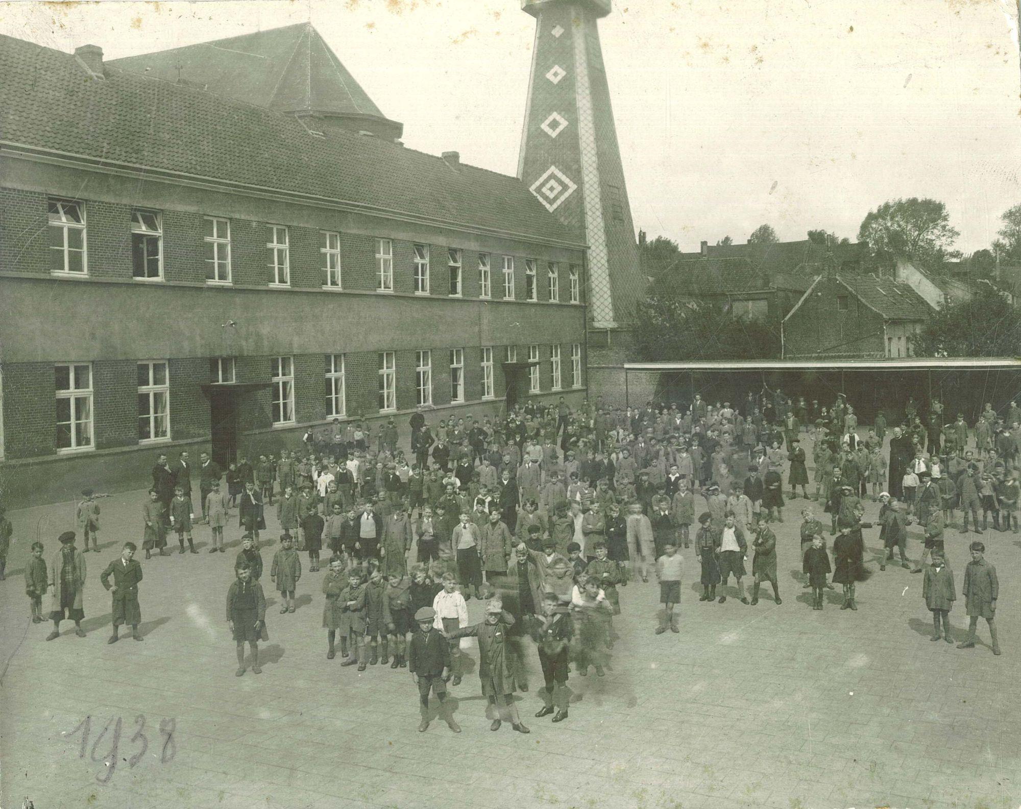 Groepsfoto op de speelplaats van de Broederschool Overleie