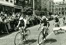 Doortocht Ronde van Frankrijk op de Grote Markt op 25-06-1957