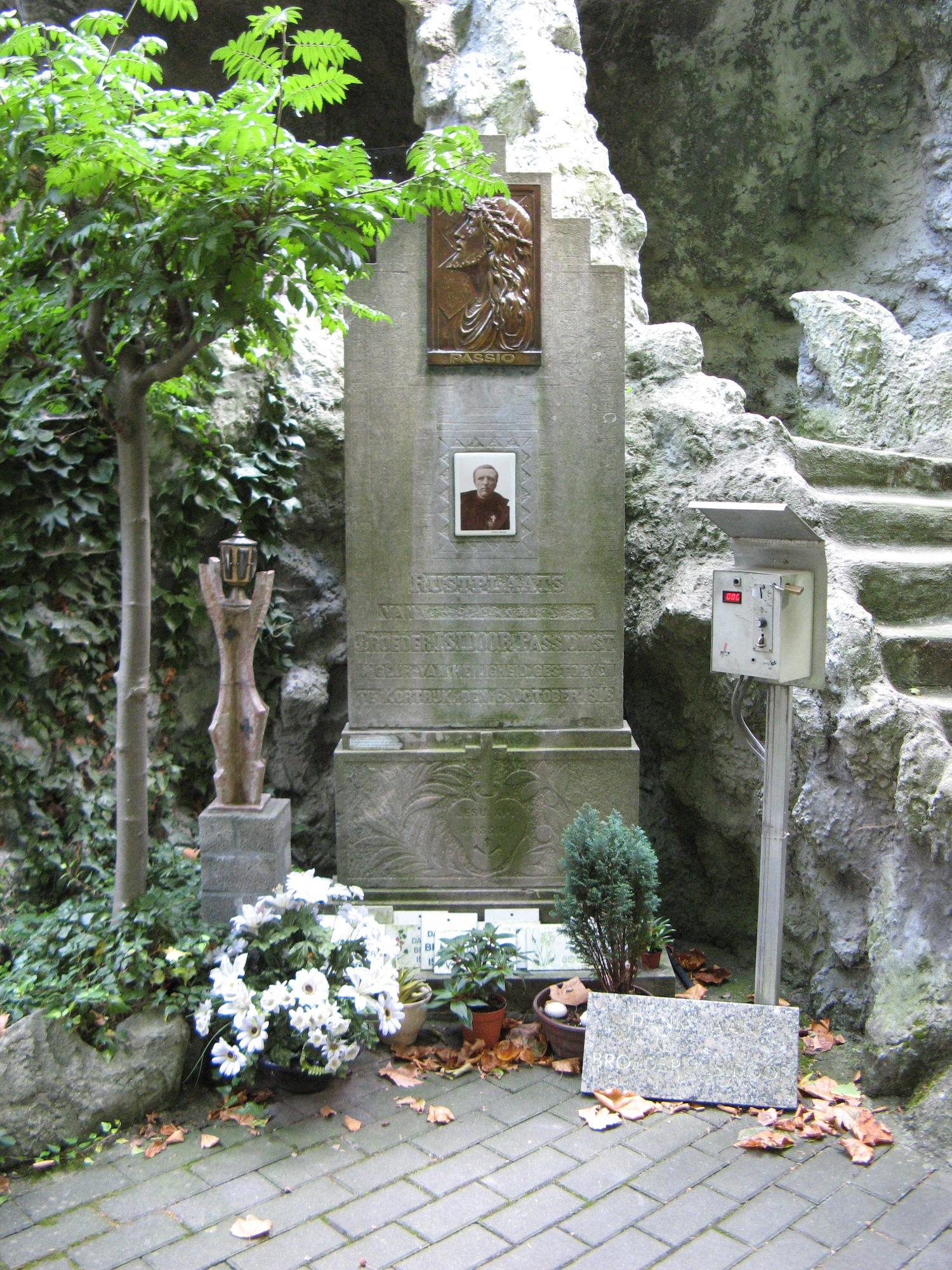 Oude grafsteen van Broeder Isidoor