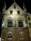Stadhuis met verlichting