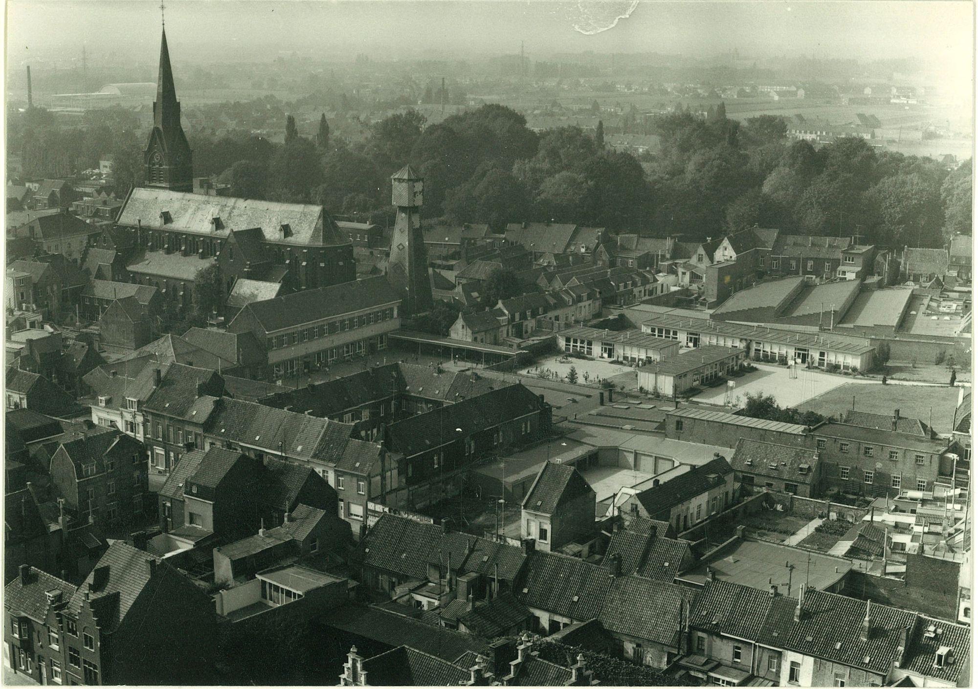 Sint-Elooiskerk en schutterstoren in 1971