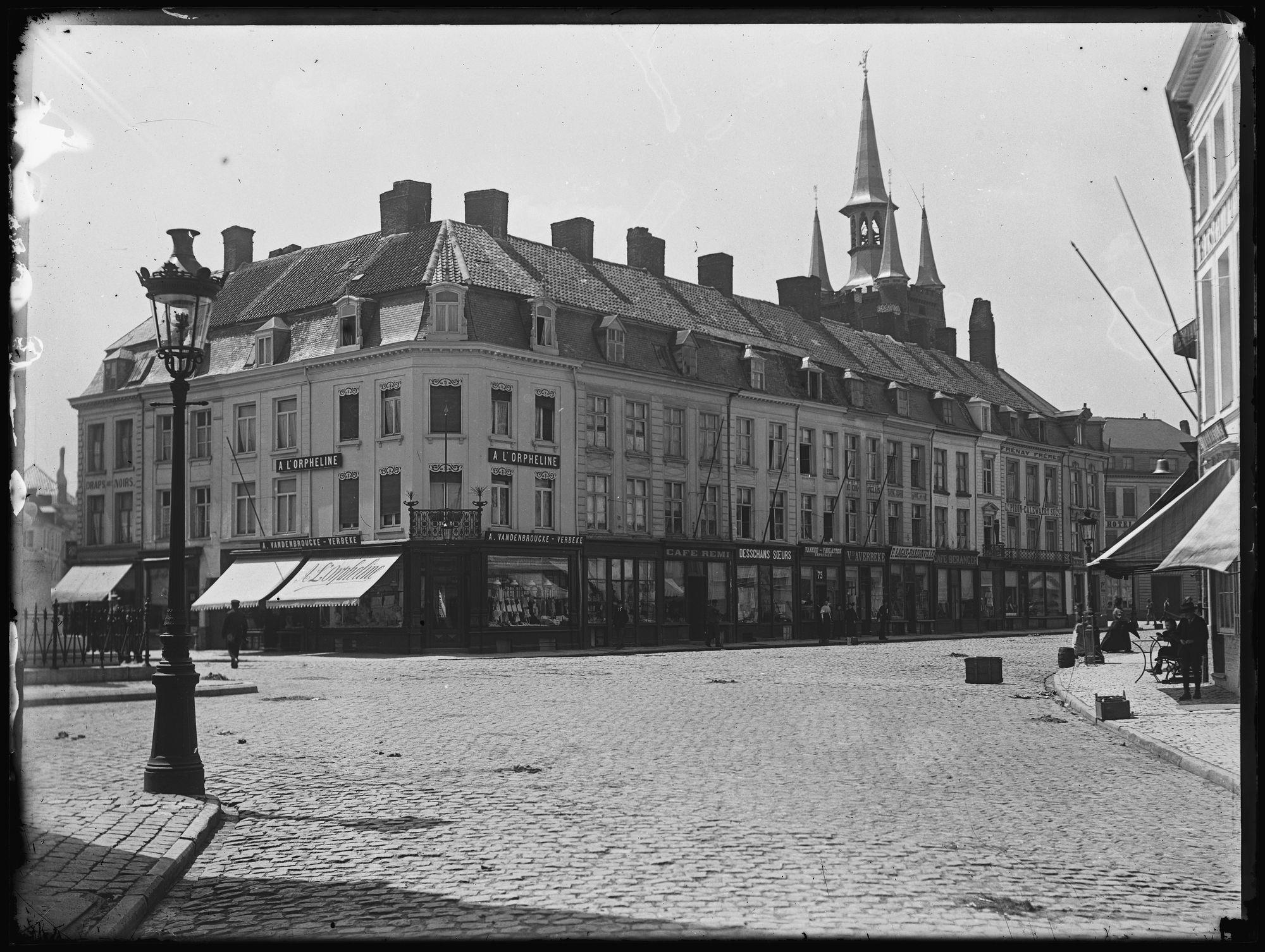 Belfort met huizen op de Grote Markt