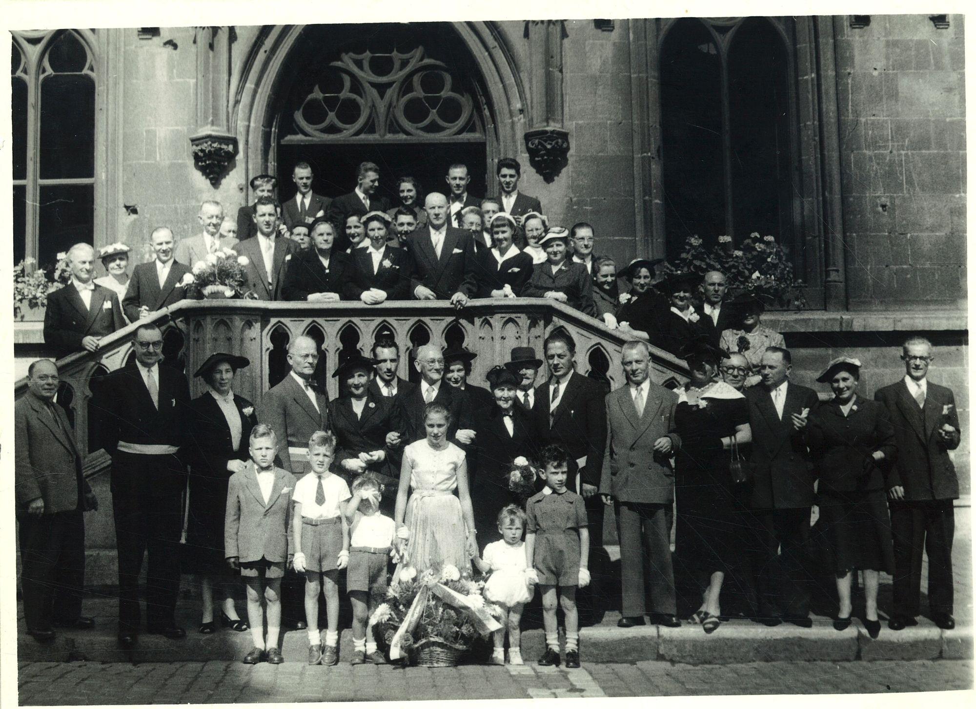 Groepsfoto voor het stadhuis met burgemeester Coussens