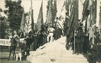 De 11 julistoet  aan het Groeningemonument 1921