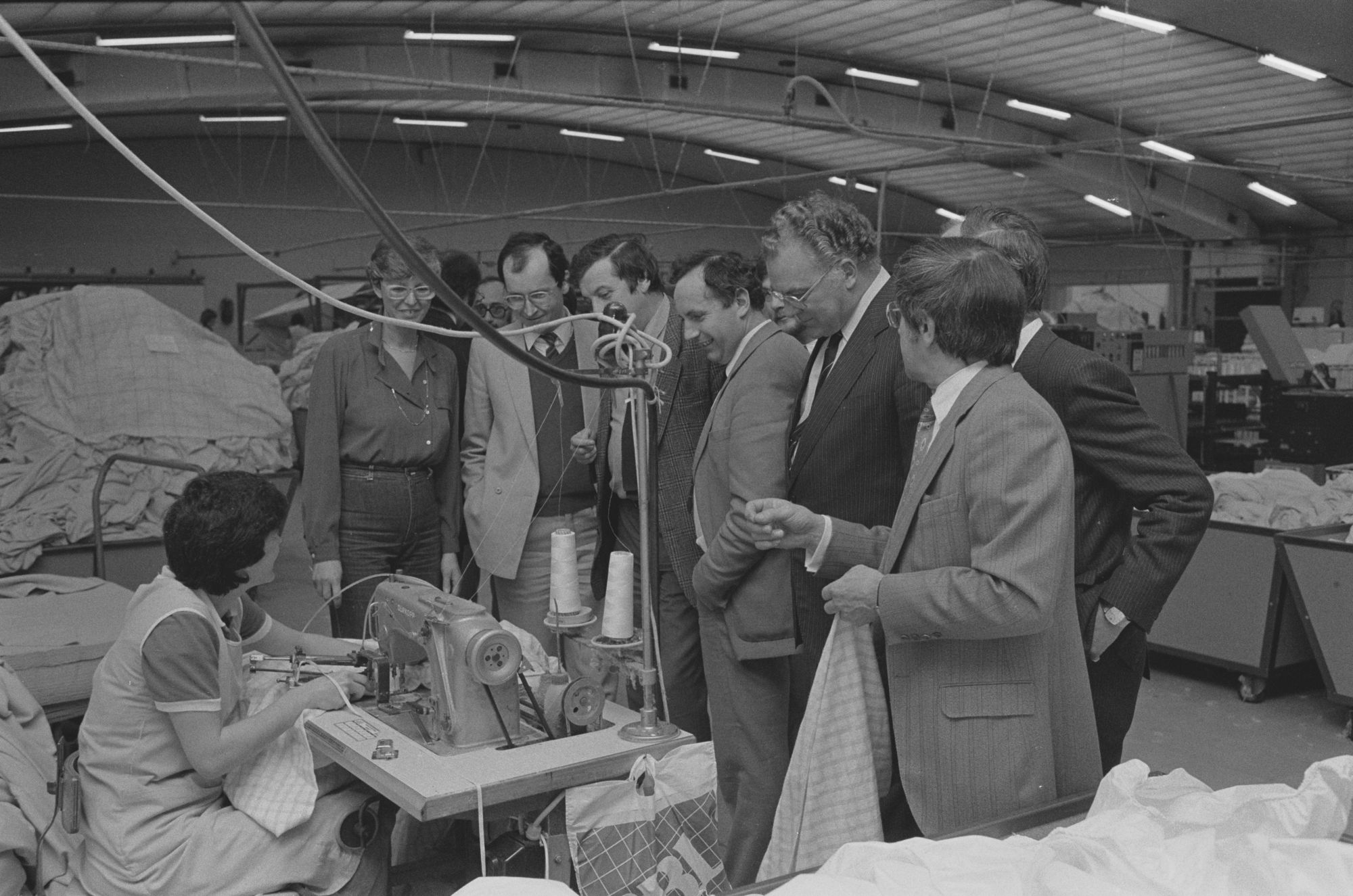Bedrijfsbezoek van burgemeester De Jaegere aan een textielbedrijf