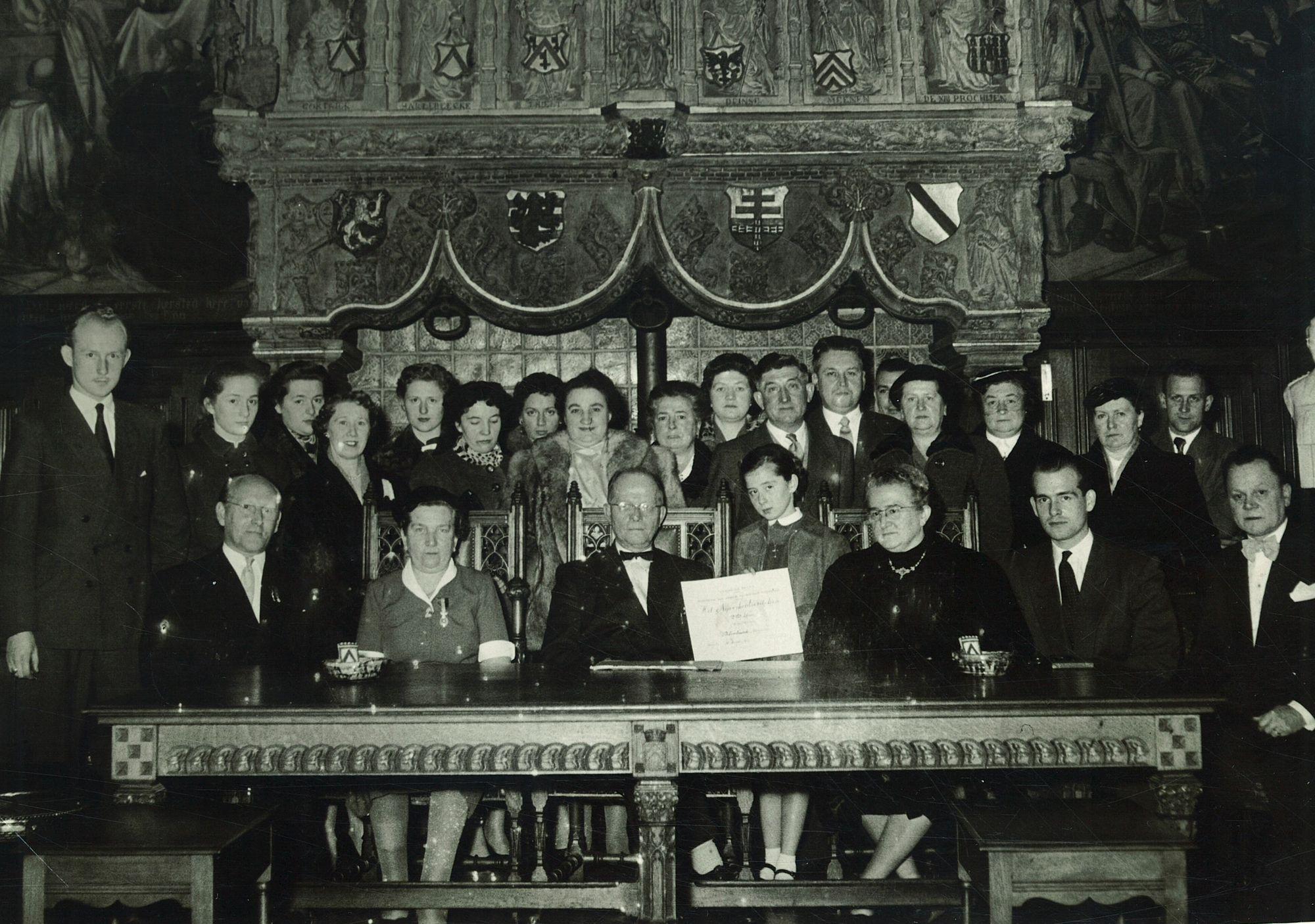Groepsfoto met burgemeester Jules Coussens