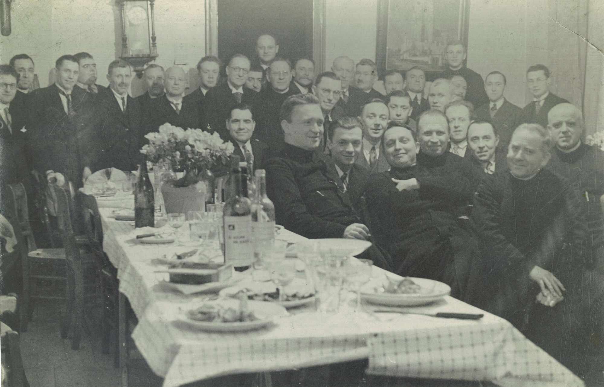 Groepsfoto met broeders en oud-leerlingen tijden een feestmaal