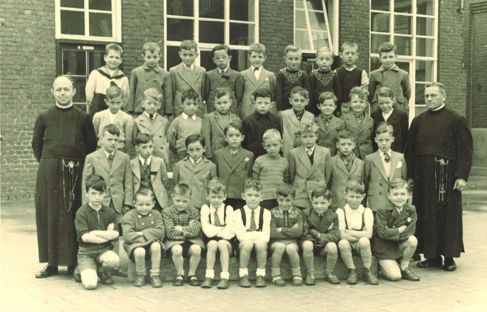 Klasfoto eerste leerjaar 1953-54  Broederschool Overleie
