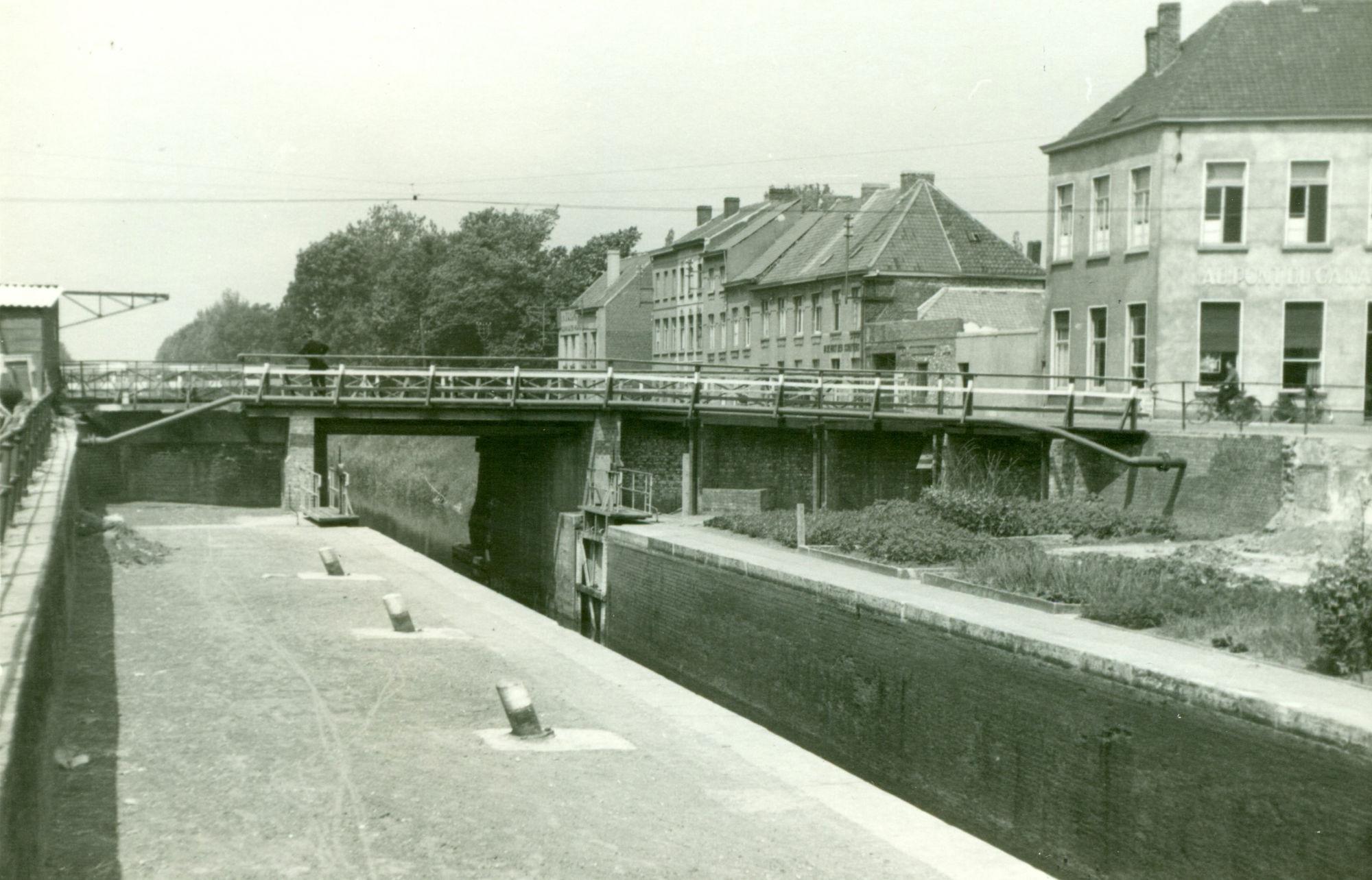 Brug en sluis Nr. 10 op het kanaal Bossuit-Kortrijk aan de Gentsesteenweg in Kortrijk 1941