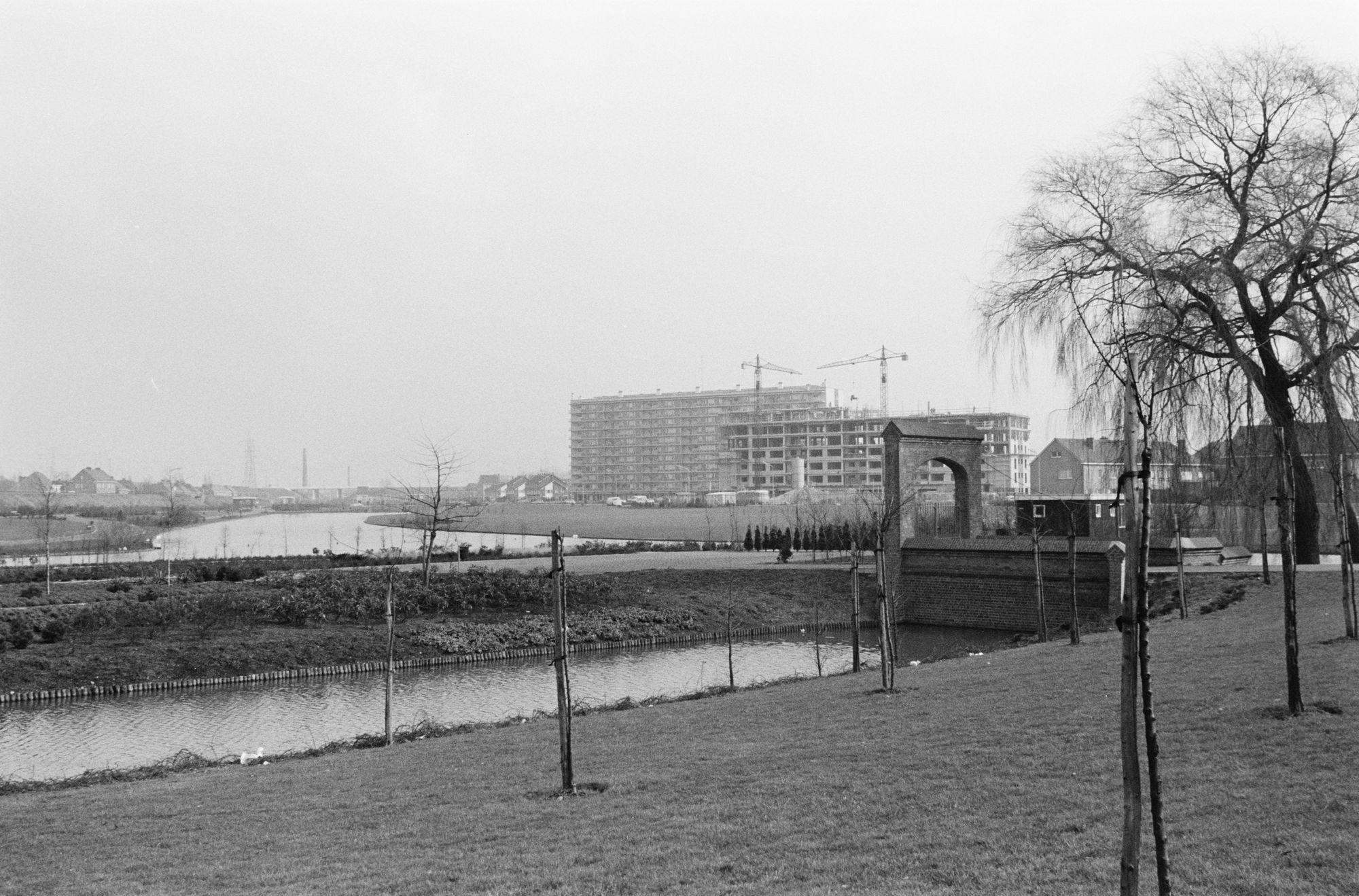 Gebroeders Van Raemdoncpark en flatgebouwen van de Drie Hofsteden