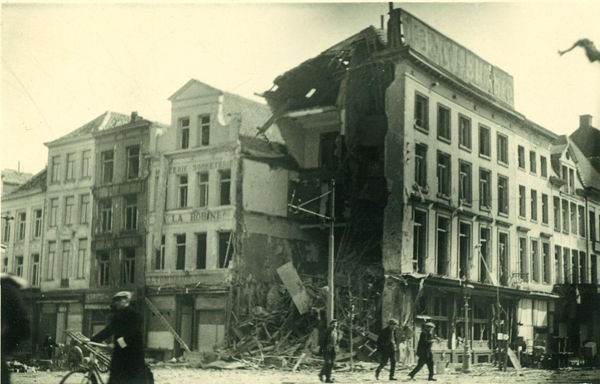 Hoekhuis Doorniksestraat en de Grote Markt in 1944
