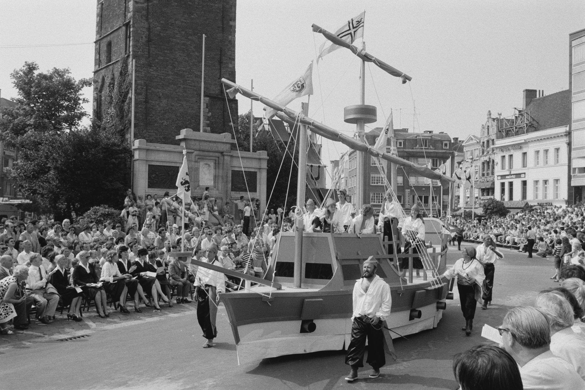 Praalwagens in de historische stoet tijdens de 11 juliviering 1982