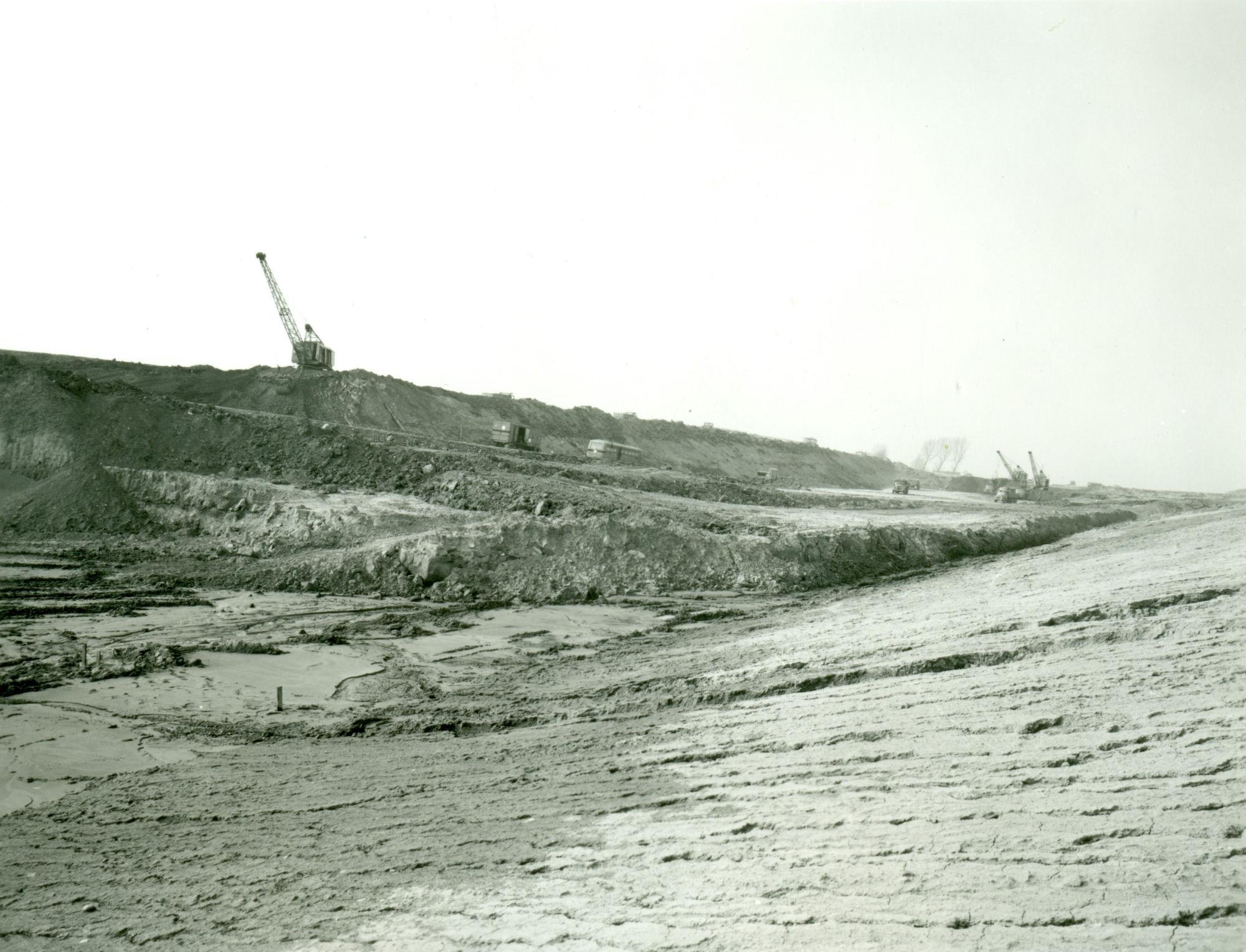 Afgraven van de heuvel van de tunnel op het kanaal Bossuit-Kortrijk in Moen 1970-1973
