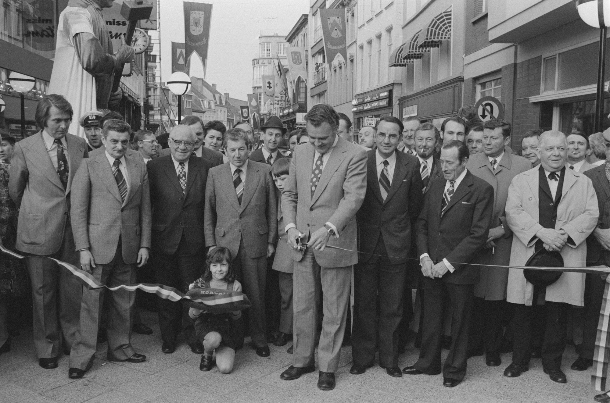 Opening van de Lange Steenstraat als winkelwandetstraat