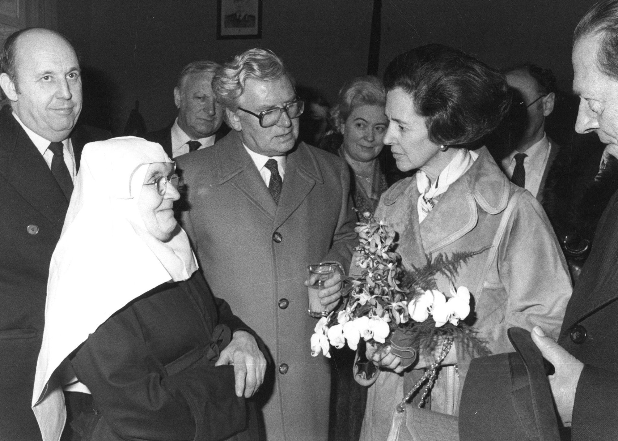 Koningin Fabiola in het begijnhof van Kortrijk 1980
