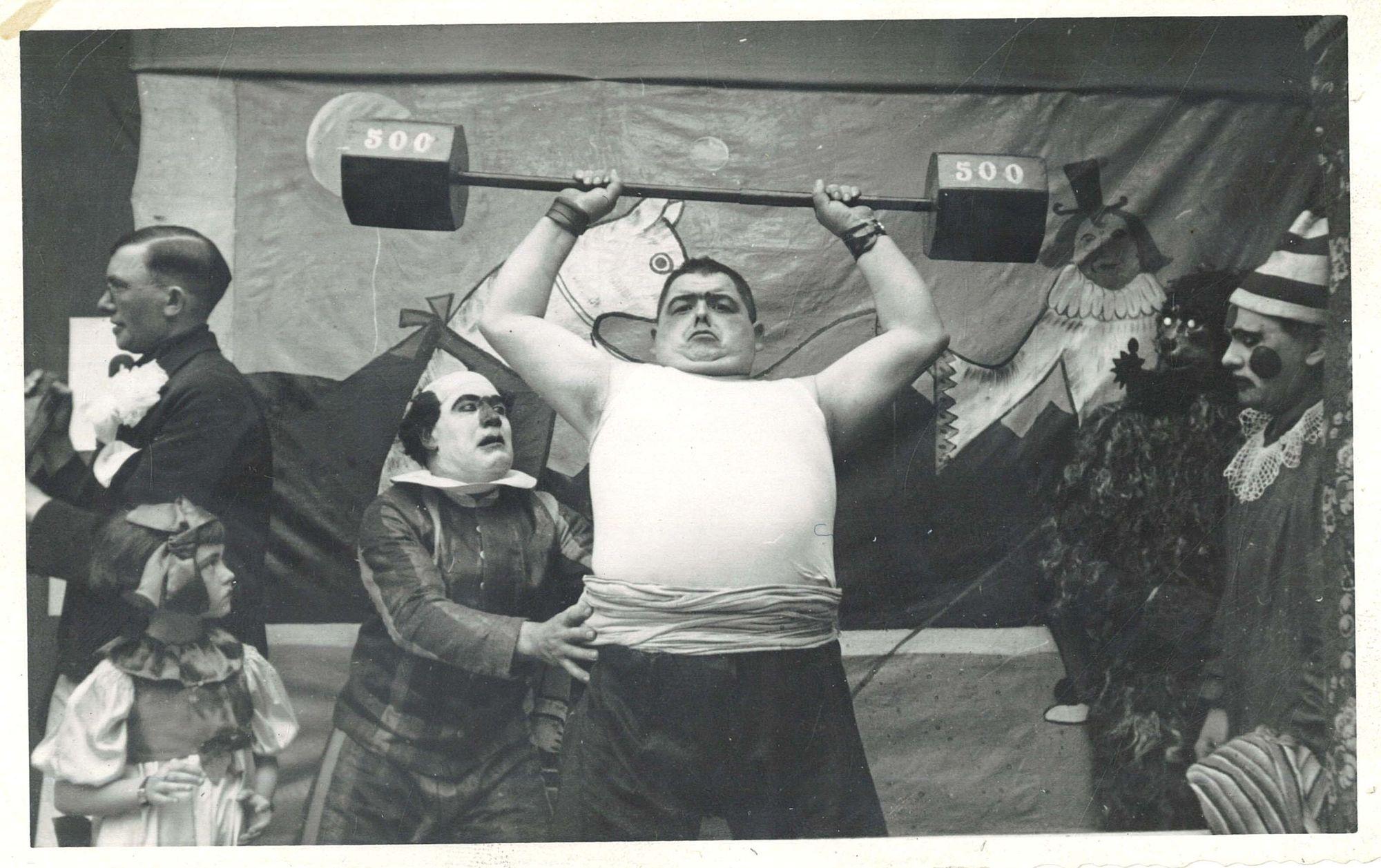 Gewichtheffen tijdens het eeuwfeest van de Broederschool Overleie