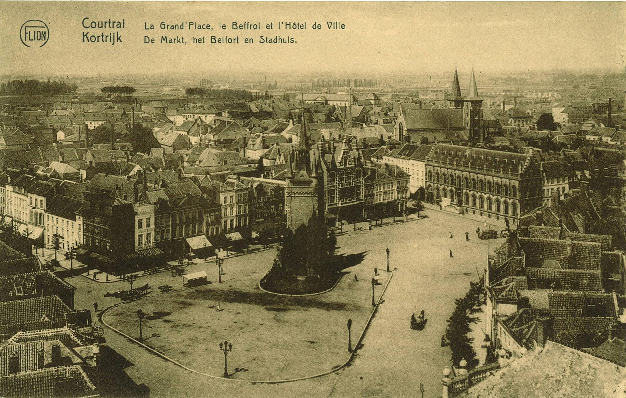 De Grote Markt met het Belfort en het stadhuis.