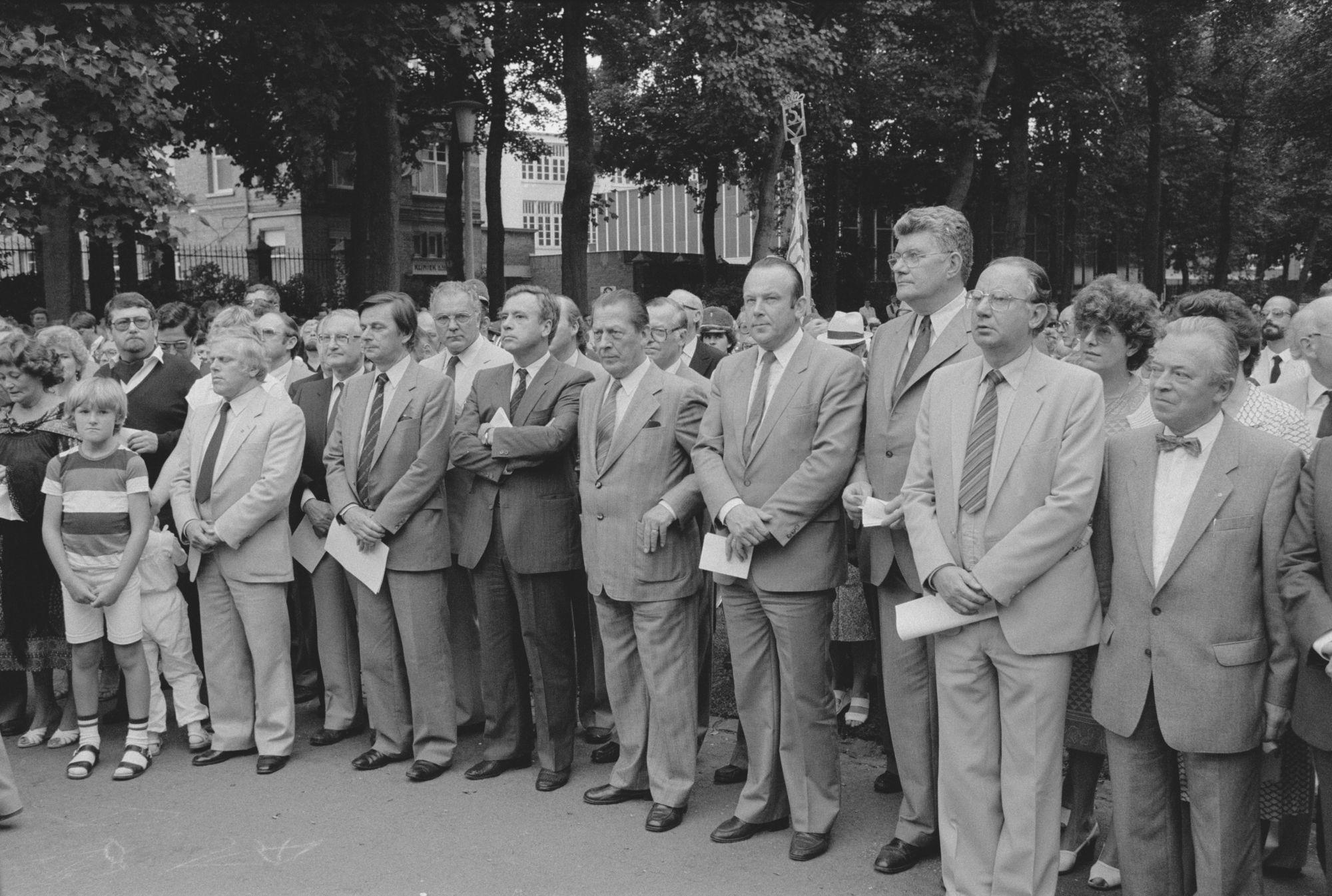 Toeschouwers bij toespraak op de 11 juliviering 1982