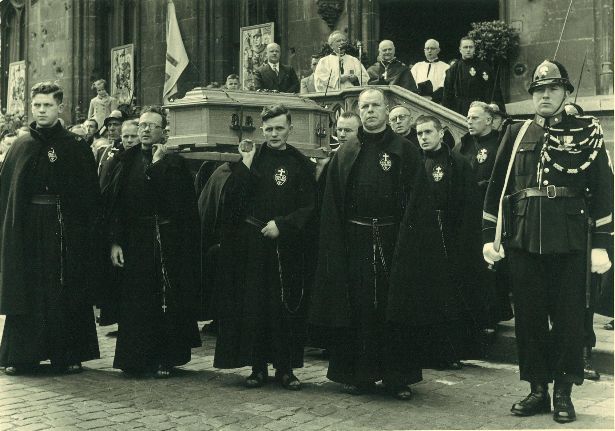 Overbrenging stoffelijk overschot van Broeder Isidoor op 8 juni 1952 van het Sint-Janskerkhof naar de grafkapel Passionisten