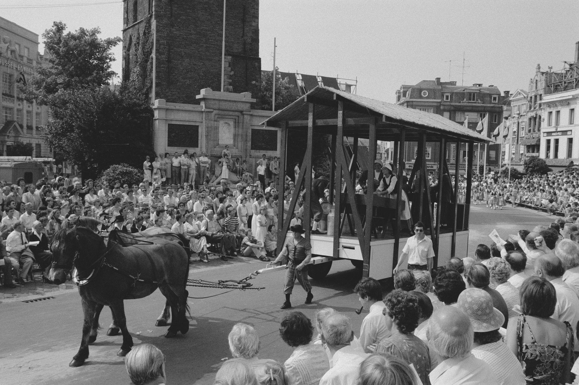 Praalwagen in historische stoet tijdens de 11 juliviering 1982