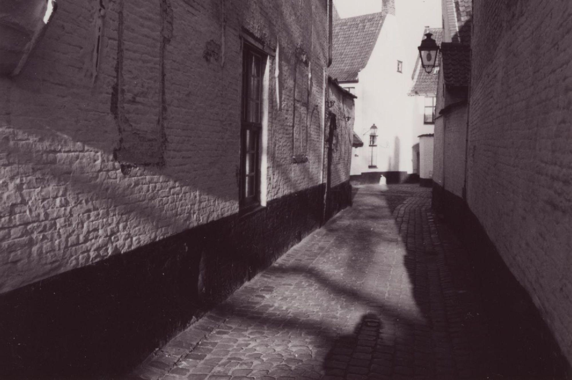 gang begijnhof voor restauratie 2002.jpg